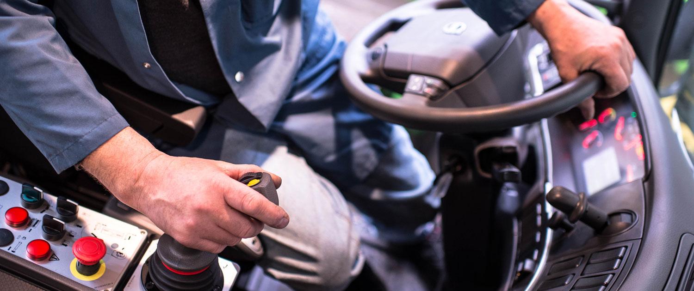 Symbolbild von einem Joystick in einer LkW Führerkabine
