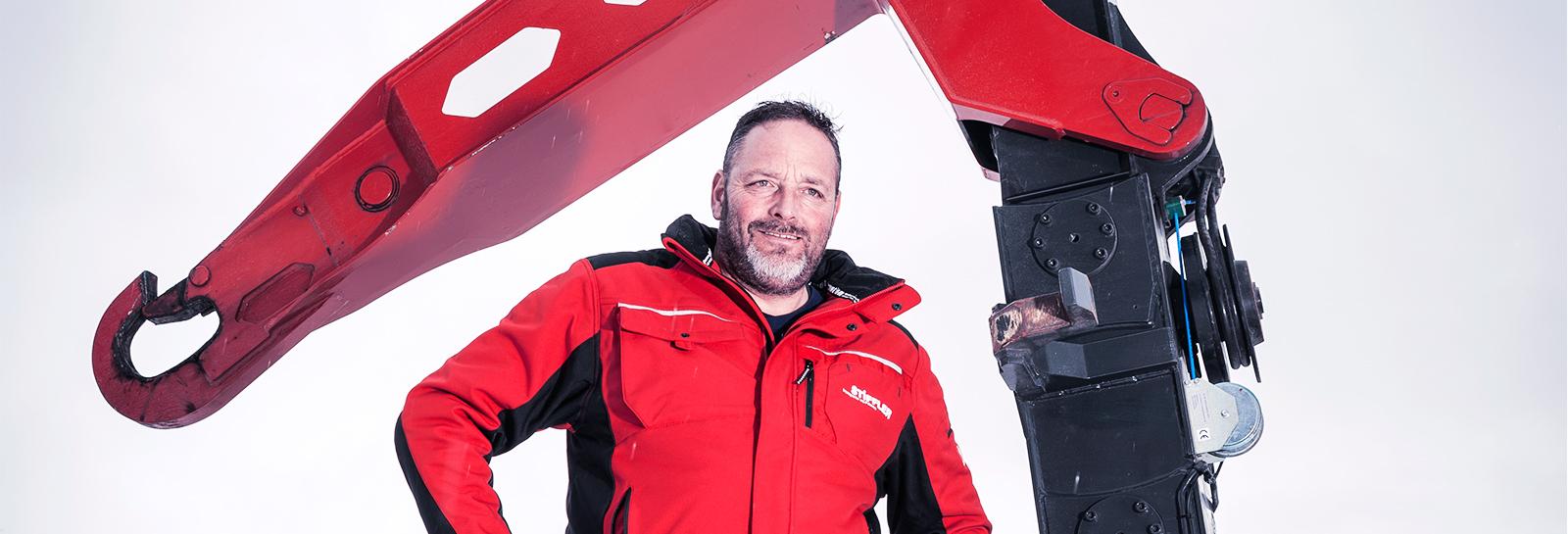 Portrait Conrad Stiffler, Geschäftsführer Stiffler Transporte vor UT-Aufbaute stehend.