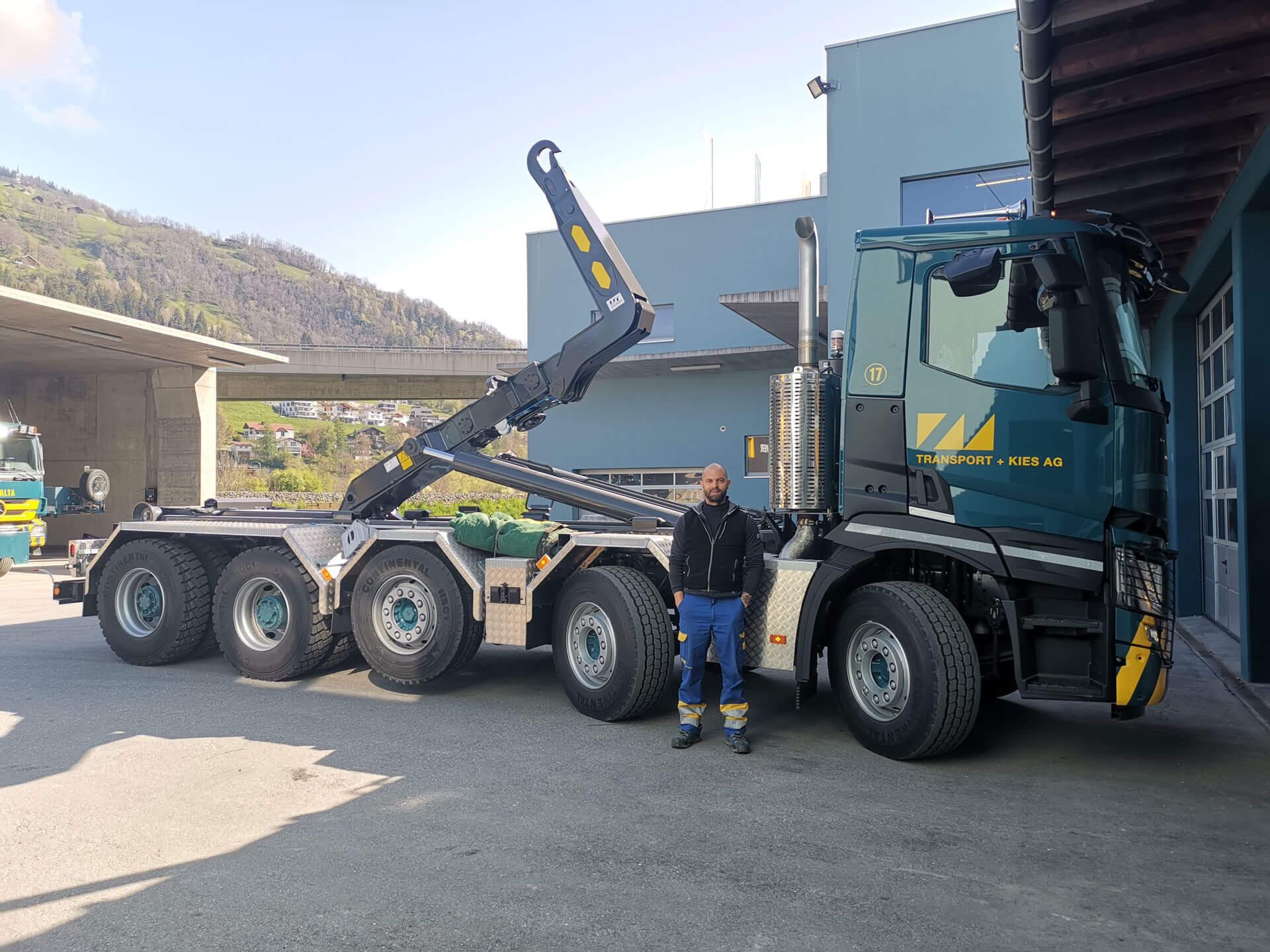 Realisierter Abrollkipper SAURIER 32TR80 Varitec der Montalta Transport + Kies AG