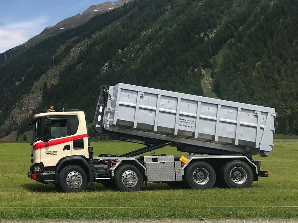 Reallisierter Abrollkipper Saurier 26TR65 Avant der Martin Conrad Transport AG