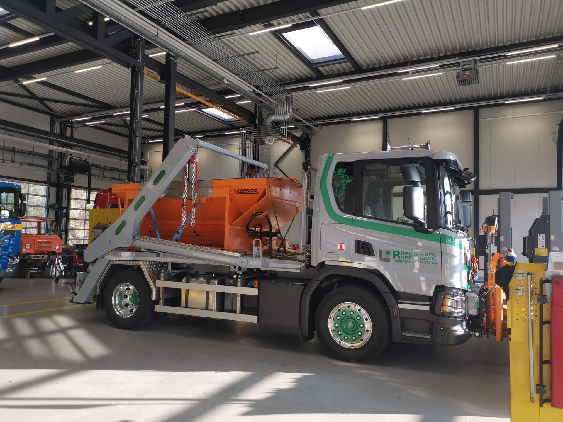 Welaki: Realisierter Absetzkipper GIGANT 18T der Rueegg Karl Tiefbau + Transport AG