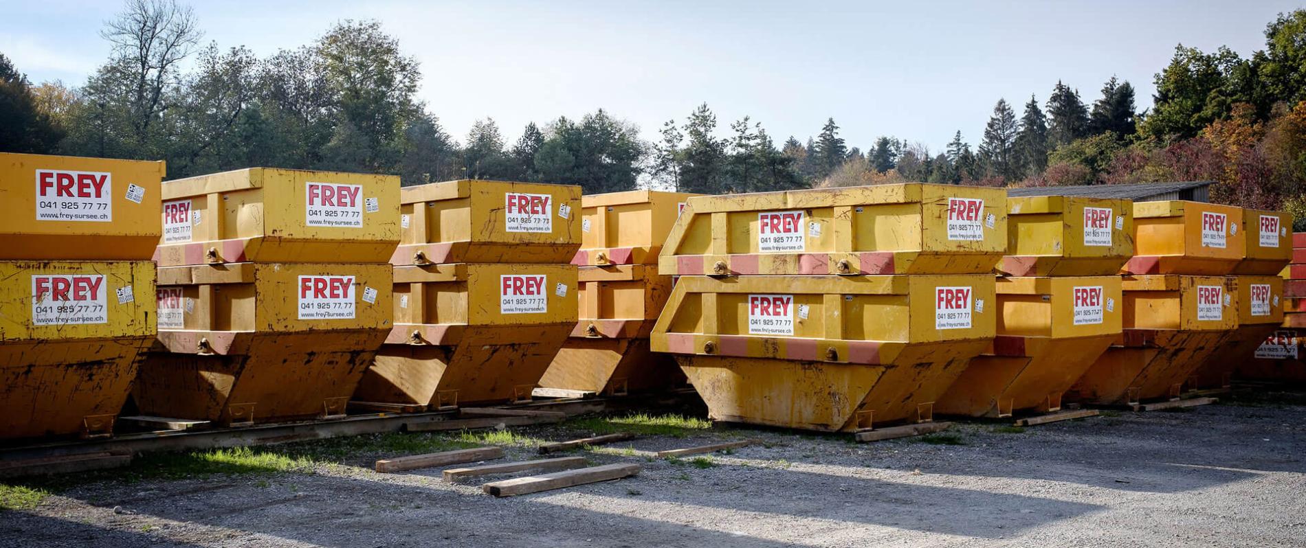 unzählige gelbe UT-Mulden mit FREY Beschriftung nebeneinander stehend.