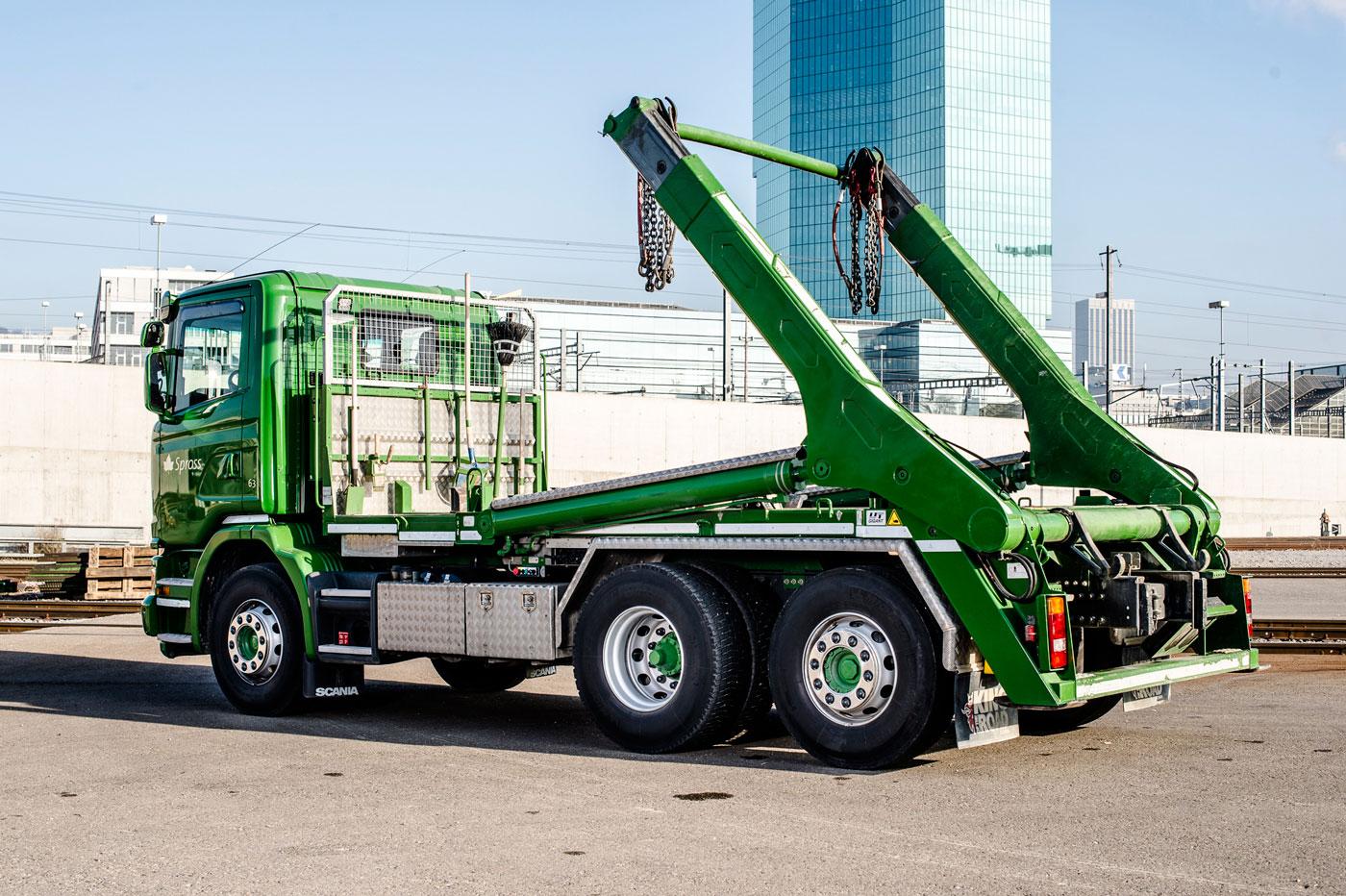 Grüner Spross-Lastwagen mit UT-Absetzkipper als Aufbaute