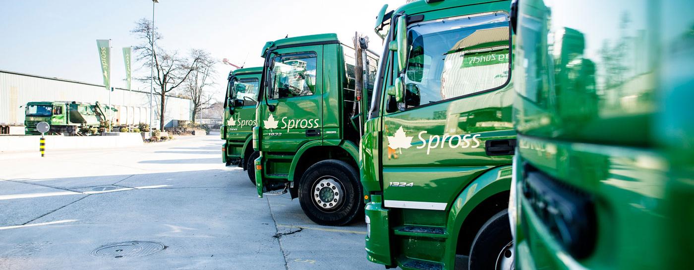 Grüne Spross-Lastwagen nebeneinander aufgereiht.