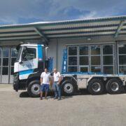 Nicola Corrà und Albert Corrà stehen vor ihrem Lastwagen mit dem neuen UT-Aufbau: Haken-Abrollkipper SAURIER 32TR80 VARITEC.