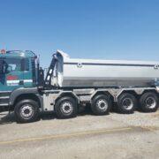 Welaki: 5-Achser Lastwagen von Fehr Transporte mit Abrollkipper SAURIER 32TR80 VARITEC und grauem Container.