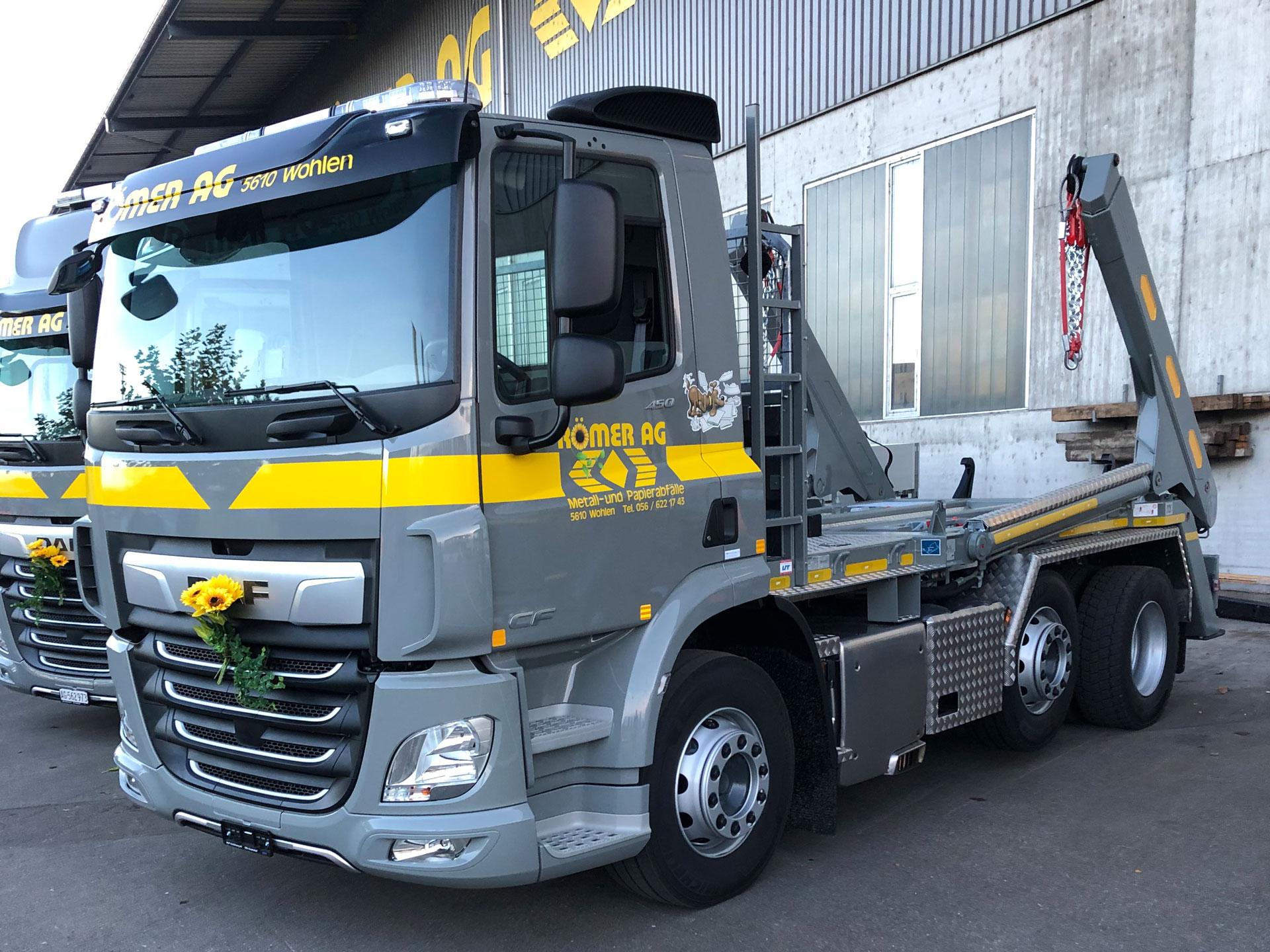 Welaki: Grau-gelber DAF Lastwagen mit Aufbau von UT.