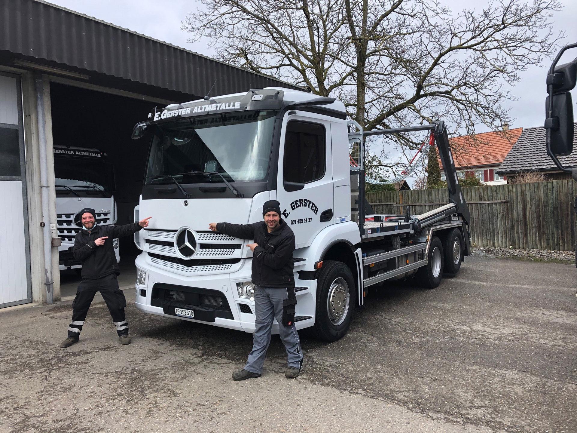 Weisser, dreiachsiger Lastwagen von Mercedes mit UT Absetzkipper GIGANT.