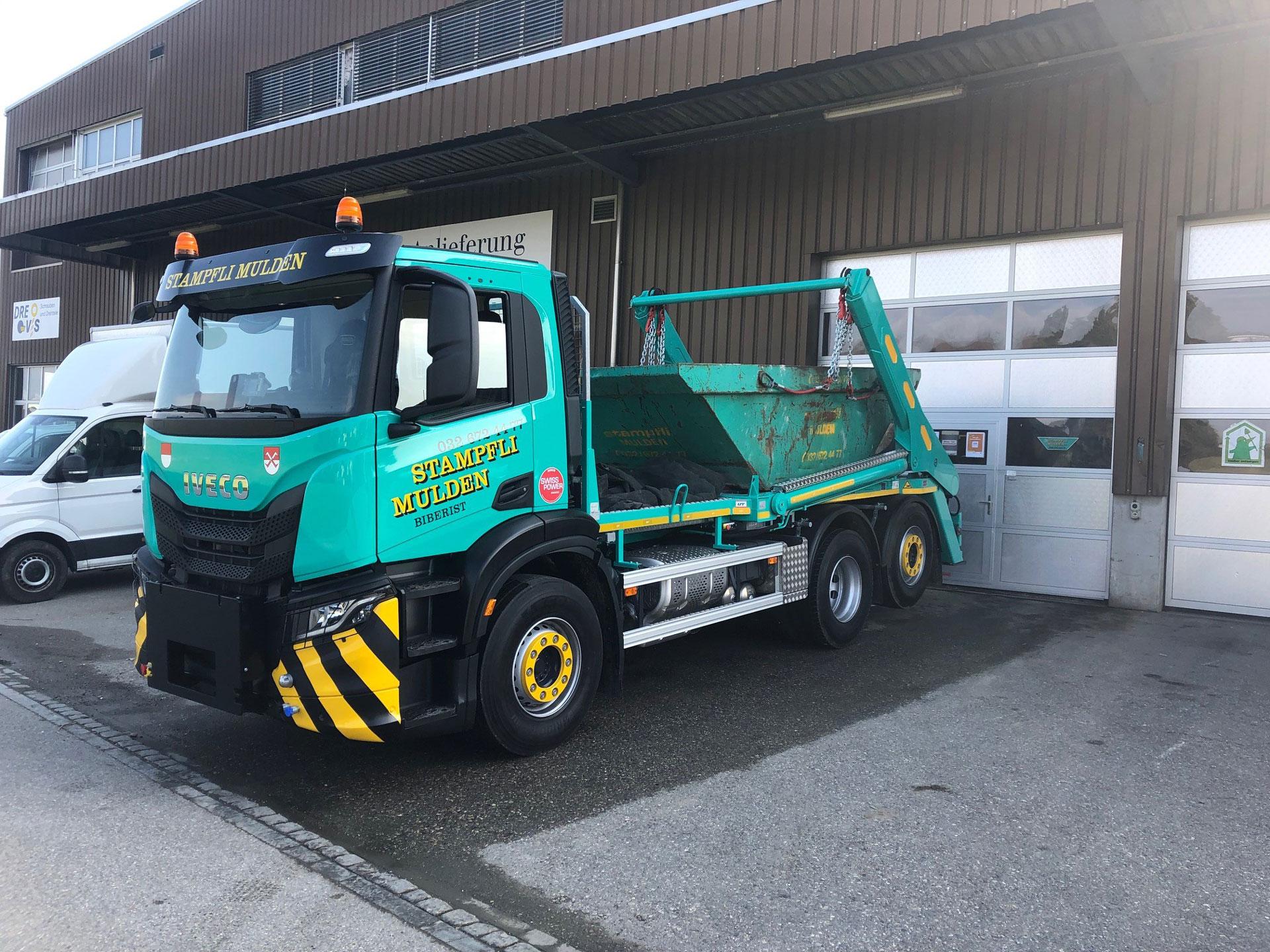 Mint-grüner 3-Achser Lastwagen mit UT Absetzkipper und Mulde.