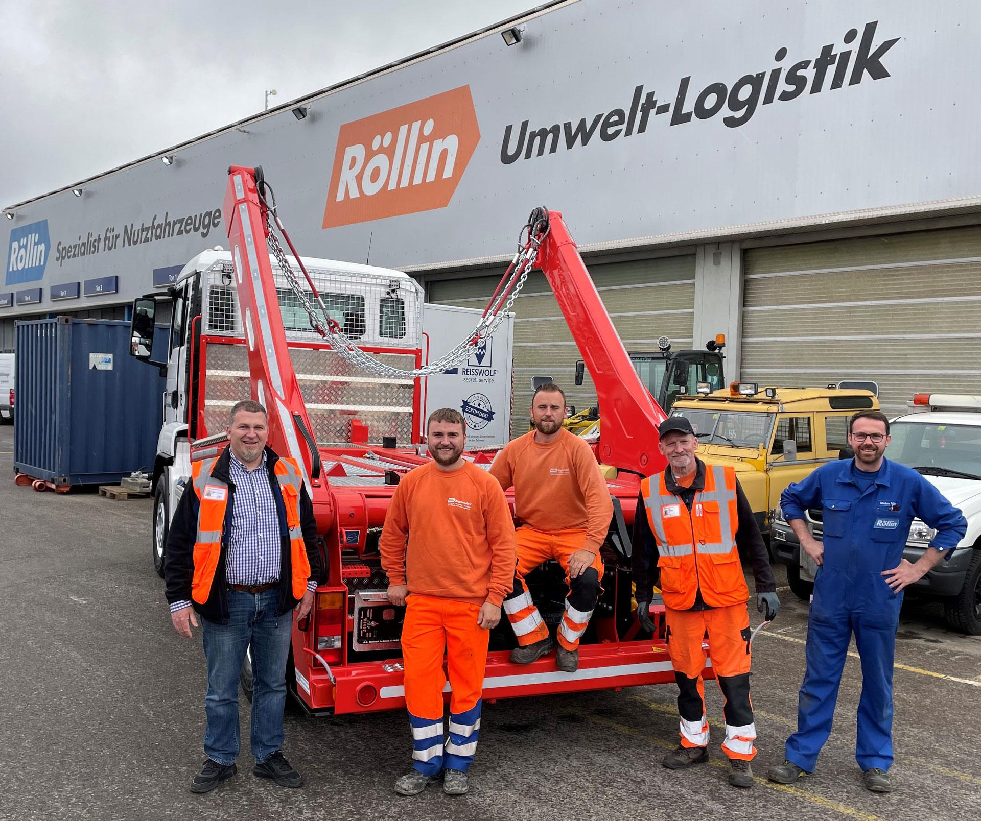 Gruppenbild vor neuem Absetzkipper bei Bruno Röllin AG